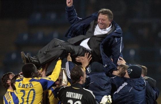 Футболисты Металлиста носят на руках Markevicha фото