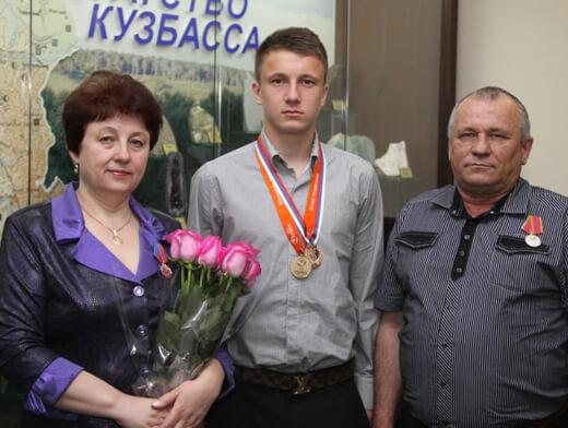 Aleksandr Golovin и его родители совместное фото