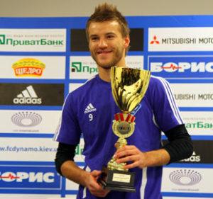 Andrej Yarmolenko с наградой и кубком фотография