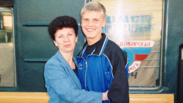 Молодой Игорь Денисов с мамой