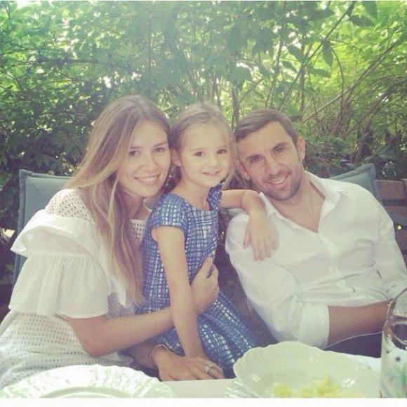 Дарио Срна с женой и дочкой