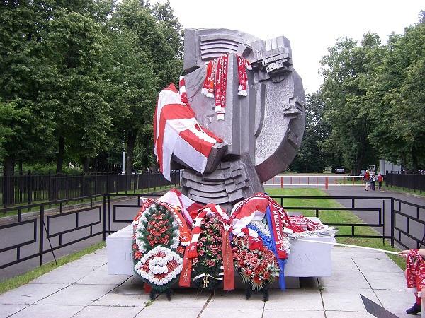Памятник погибшим при давке в Лужниках 1982 год