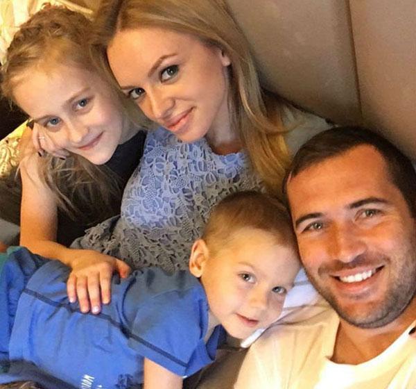 Александр Кержаков и его жена Милана с детьми семейное фото