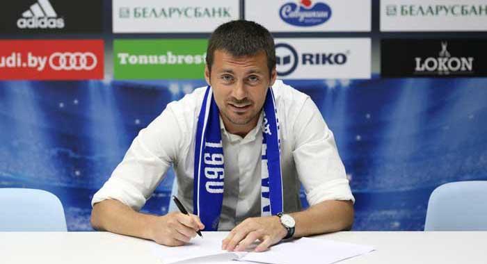 Artem подписывает контракт фотография