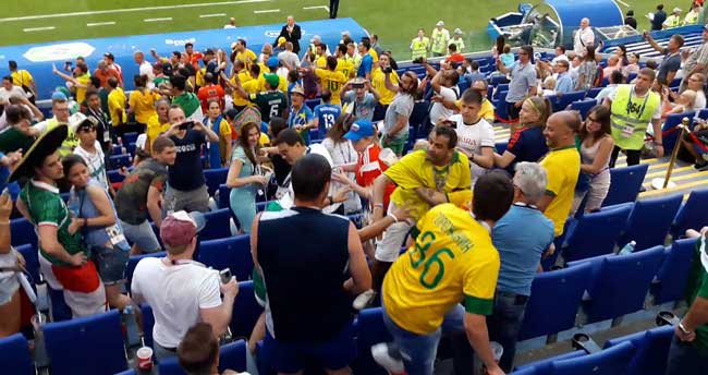 Драка между фанатами Бразилии и Мексики фото