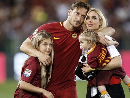 Totti с женой и детьми фотография