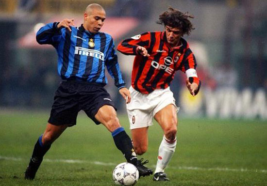 Paolo Maldini в схватке с Интером