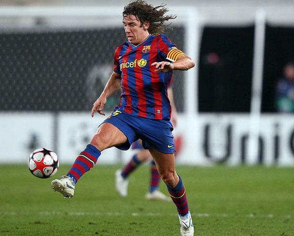 Испанец принимает мяч - фото