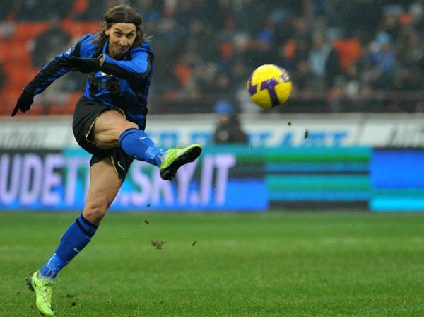 Ирагимович хорошо прицелился и бьет по мячу - фото