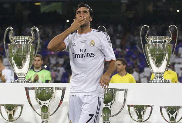Футболист с трофеями на фотографии