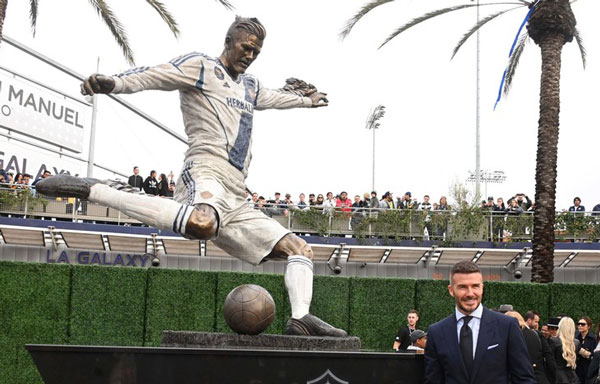 Памятник Дэвиду возле стадиона ЛА Гэлакси фото на startfootball.info