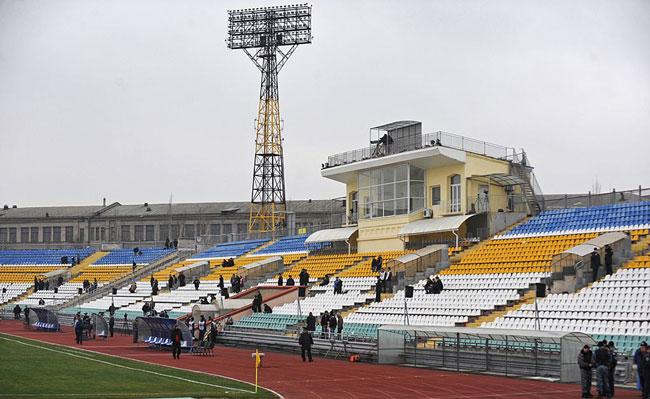 Мощные прожекторы на стадионе Авангард - фото на startfootball.info