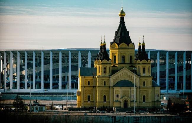 Собор Александра Невского на фоне арены.